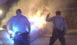 EE.UU.: policías rescatan a hombre de auto en llamas