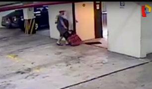 Nuevas imágenes muestran a esposo de canadiense cargando pesado bulto