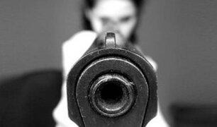 Disparó siete veces a novio en los genitales al creer que la engañaba
