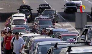 Choferes y pasajeros contribuyen con el caótico tráfico en Lima
