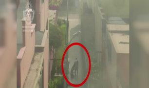 Bellavista: cámara capta cobarde agresión de sujeto a mujer