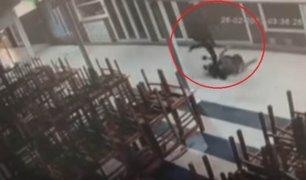 VIDEO: hombre de 26 años agrede con patadas y puñetes a su novia de 17
