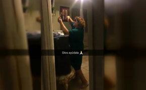 La descubrieron tomándose un selfie y su reacción dio la vuelta al mundo