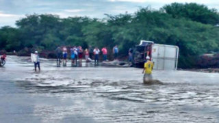 Lambayeque: camión que transportaba alimentos de Qali Warma se voltea al cruzar quebrada