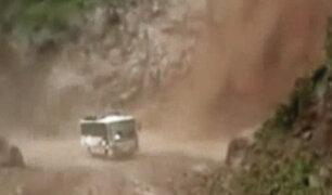 Huarochirí: chofer de bus realiza peligrosa maniobra en pleno huaico