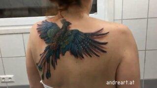 """Furor en redes sociales por tatuaje de Ave Fénix que """"tiene vida"""""""
