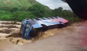 Lambayeque: bus se vuelca al intentar cruzar quebrada de río