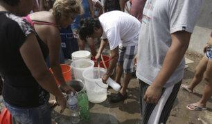 Largas colas se generaron en Lima para conseguir agua
