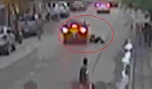 Impactantes imágenes: joven se salvó de morir aplastado tras caer de moto