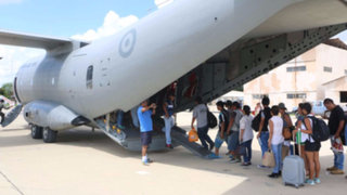 """Cientos de personas continúan a la espera de """"Vuelos Humanitarios"""" en Grupo Aéreo N°8"""
