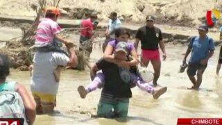 Cobran hasta 5 soles a viajeros para ayudarlos a cruzar río en Chimbote