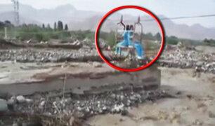 Enfermeras cruzan río con poleas caseras en Chimbote