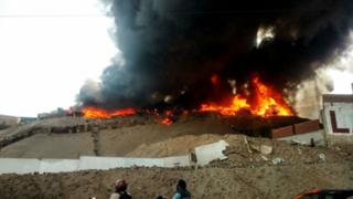Gigantesco incendio consume taller de reciclaje en Ventanilla