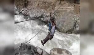 Pobladores arriesgan sus vidas al cruzar río Santa Eulalia