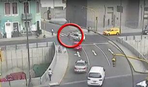Policía motorizado se estrelló contra taxi en el Cercado de Lima