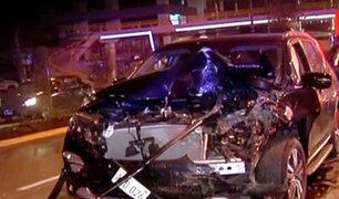 Camioneta choca con vehículo estacionado en San Isidro