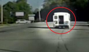 Estados Unidos: menor que viajaba en autobús cayó a pista