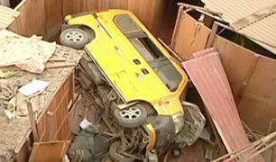 Miniván cayó sobre vivienda de asentamiento humano en Puente Piedra
