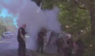 Rescatan a fugitivo de auto en llamas en Florida
