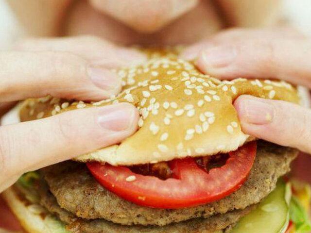 Los expertos aseguran que comida chatarra aumentaría el riesgo de los pacientes con COVID-19
