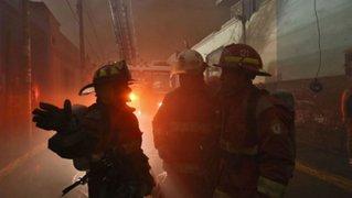 Cercado de Lima: incendio consume fábrica de ocre