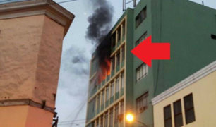 Cercado de Lima: incendio consumió el quinto piso de un edificio en jirón Camaná