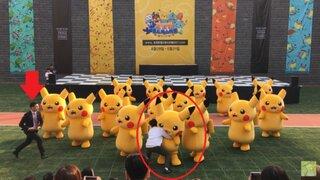 Pikachu sufre 'ataque' en pleno espectáculo y ocasiona cómico incidente en festival