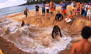 Tablistas crean sus propias olas en playa de Hawai