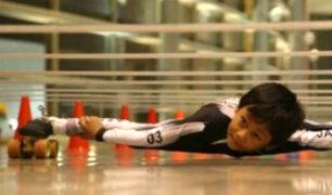 India: niño bate récord Guinness en patinaje de limbo