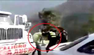 Policía femenina golpea a chofer durante intervención