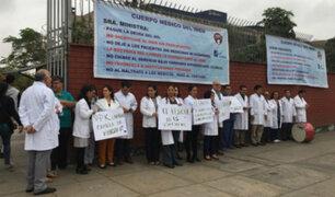 Médicos del INEN realizan protesta por falta de presupuesto