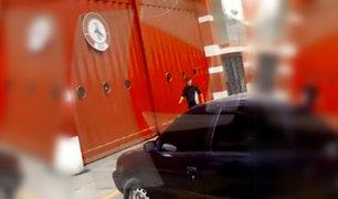 Ventanilla: vehículo oficial impide el paso en estación de los bomberos