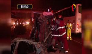 Vehículo termina partido en dos: conductor sobrevive tras aparatoso accidente en Panamericana Sur