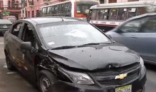 Rímac: motociclista destruye ventanas de taxi con pasajeros a bordo