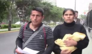 Mujer que dio a luz en baño de hospital denuncia presunta negligencia