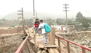 Chosica: pobladores arriesgan sus vidas cruzando puentes a punto de colapsar