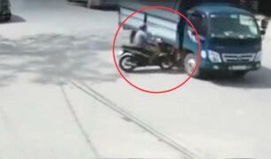 India: motociclista impacta violentamente contra camión