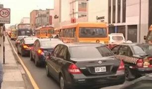 Vehículos estacionados en avenidas principales y zonas rígidas obstruyen el tránsito