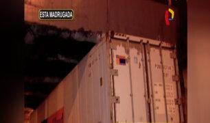 Cercado: conductor no respeta altura permitida y choca tráiler contra base de puente