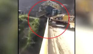 Cajamarca: tractor cae al río mientras realizaba trabajos en carretera