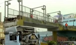 Vehículos pesados ocasionan daños a estructuras de puentes peatonales