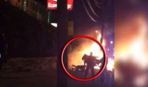 EEUU: hombre que se estaba quemando es golpeado por policías
