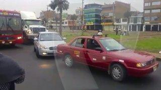 Whatsapp: Taxista genera congestión vehicular en avenida Universitaria