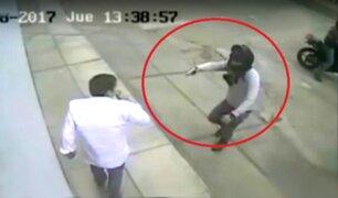 Cámaras captan violento asalto a cineasta en Barranco