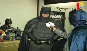 Fans de Batman en Perú homenajean al fallecido Adam West