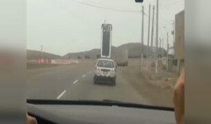 Cañete: captan a chofer trasladando enorme refrigeradora en techo de auto