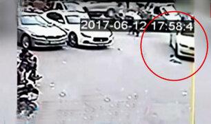 China: niño salva de morir tras ser arrollado por auto