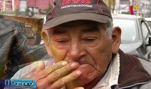Adultos mayores que celebran el Día del Padre trabajando para sobrevivir