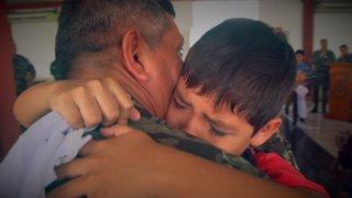 El emotivo llanto de un niño al reencontrarse con su padre destacado en el Vraem