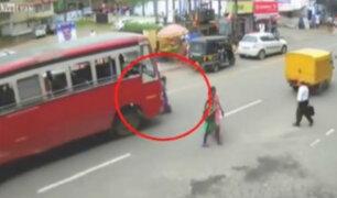 Nepal: bus arrolla y mata a mujer que cruzó la calle de manera imprudente